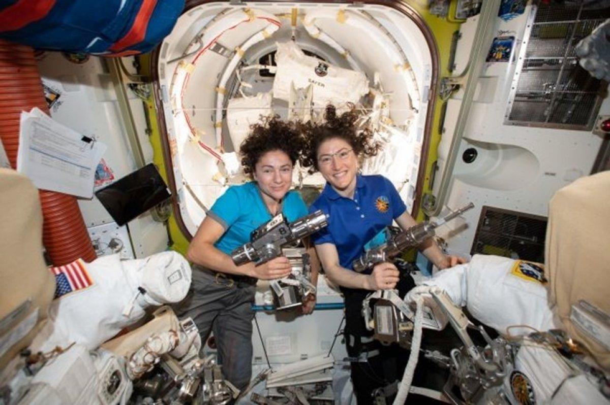 NASA tarihinde bir ilk: Kadınlar uzayda yürüdü